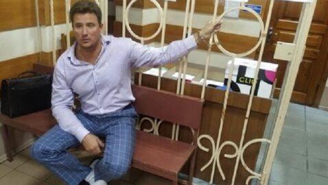 Адвокат приковал себя в здании Краматорского суда, требуя провести заседание по делу об убийстве