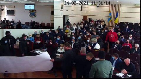 На заседании Краматорского горсовета произошла потасовка между националистами и депутатами ППШ
