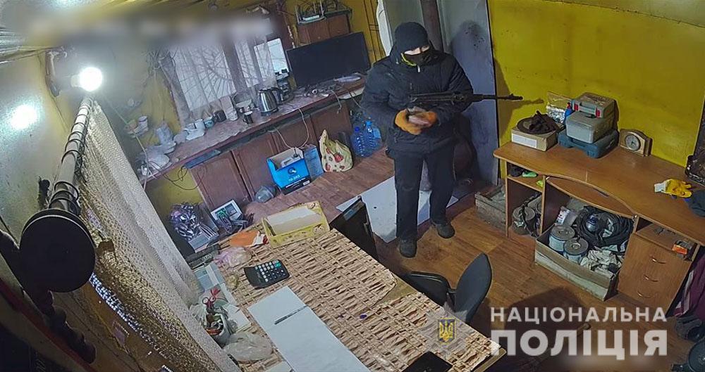 В Славянске мужчина с автоматом ограбил пункт приёма металлолома (видео)