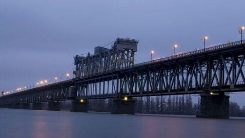 В Кременчуге женщины до приезда полиции держали самоубийцу, прыгнувшего с моста (видео)