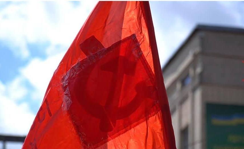 В Житомире на 9 Мая колонна прошлась с красными флагами, на которых просвечивались серп и молот