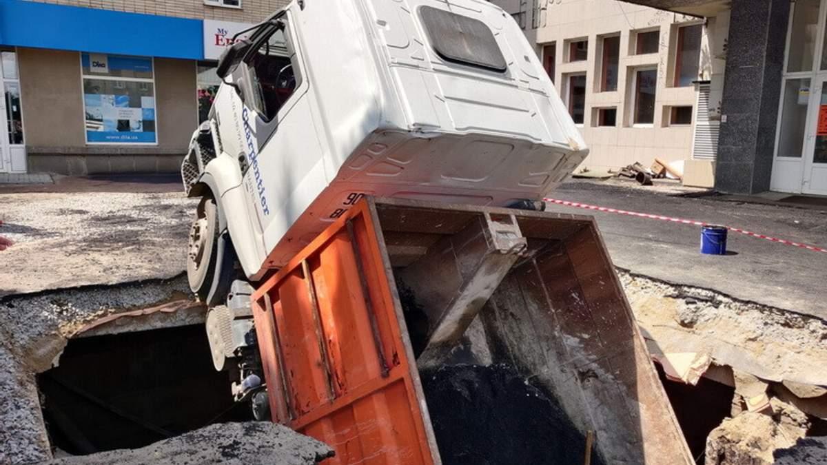 В Житомире под асфальт ушел грузовик (видео)