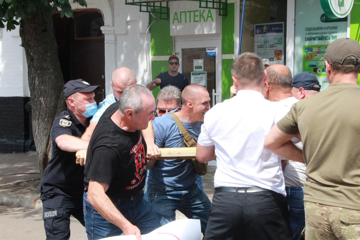 «Вон московских попов!». В Нежине на Крестном ходе УПЦ произошла потасовка с верующими (фото, видео)