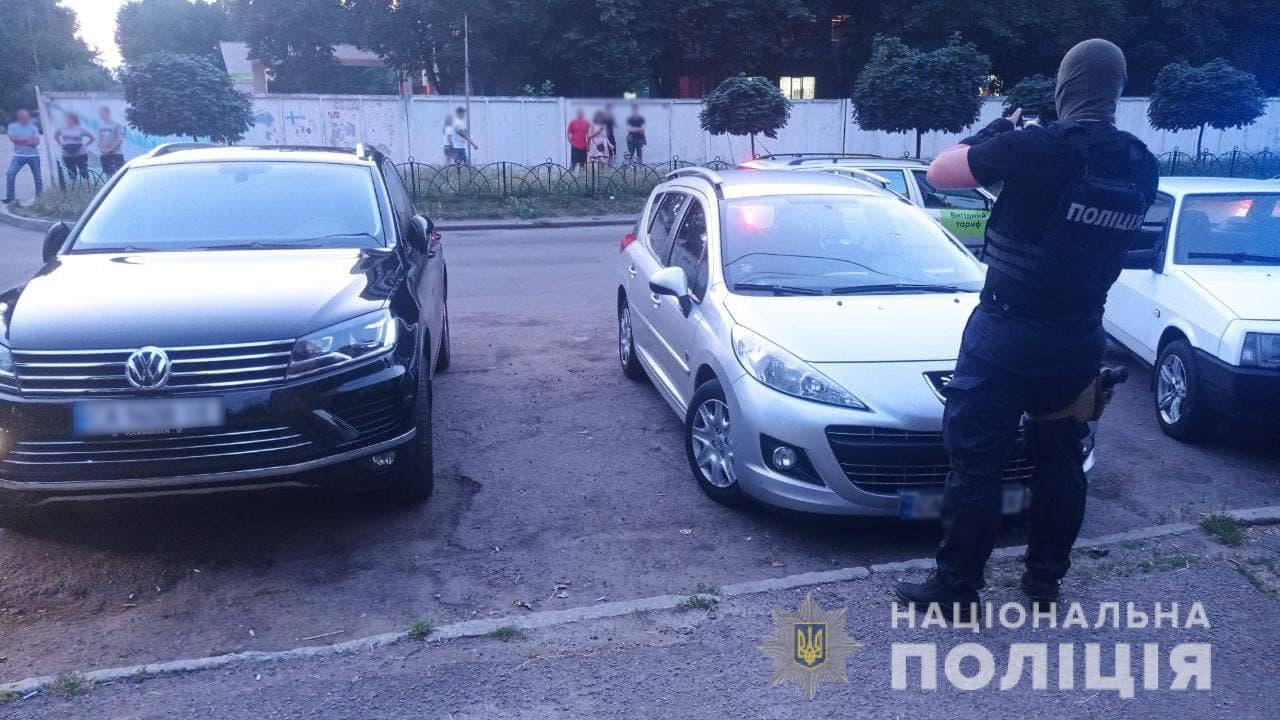 В Черкассах иностранцы устроили стрельбу, повреждено авто (фото)
