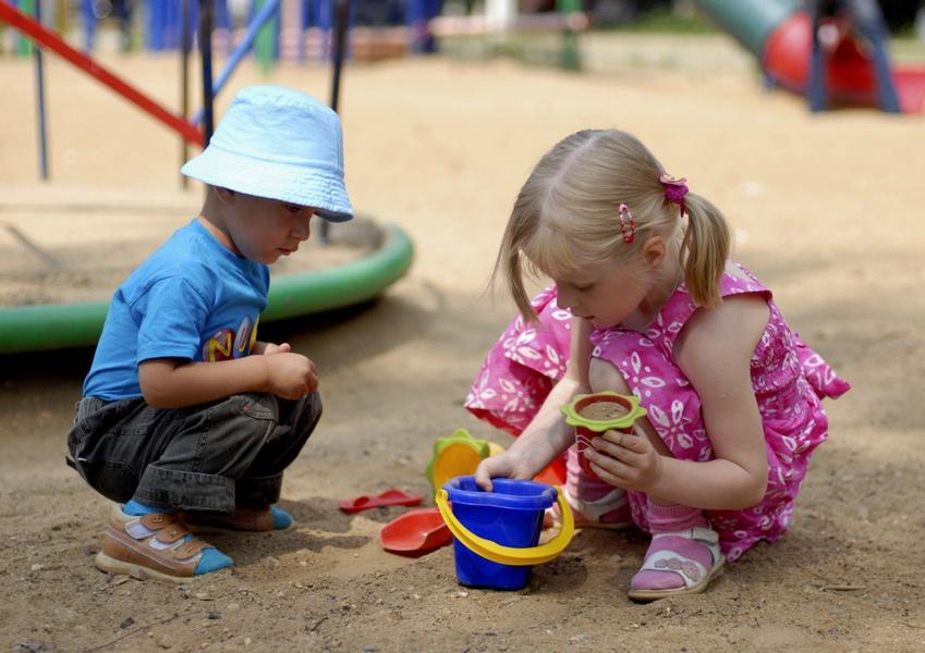 «Это дети выложили»: в Кременчуге на детской площадке плиткой выложили свастику (фото)