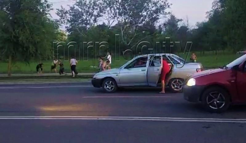 Массовая драка в Мариуполе: ромы на проезжей части забросали камнями водителя (видео)