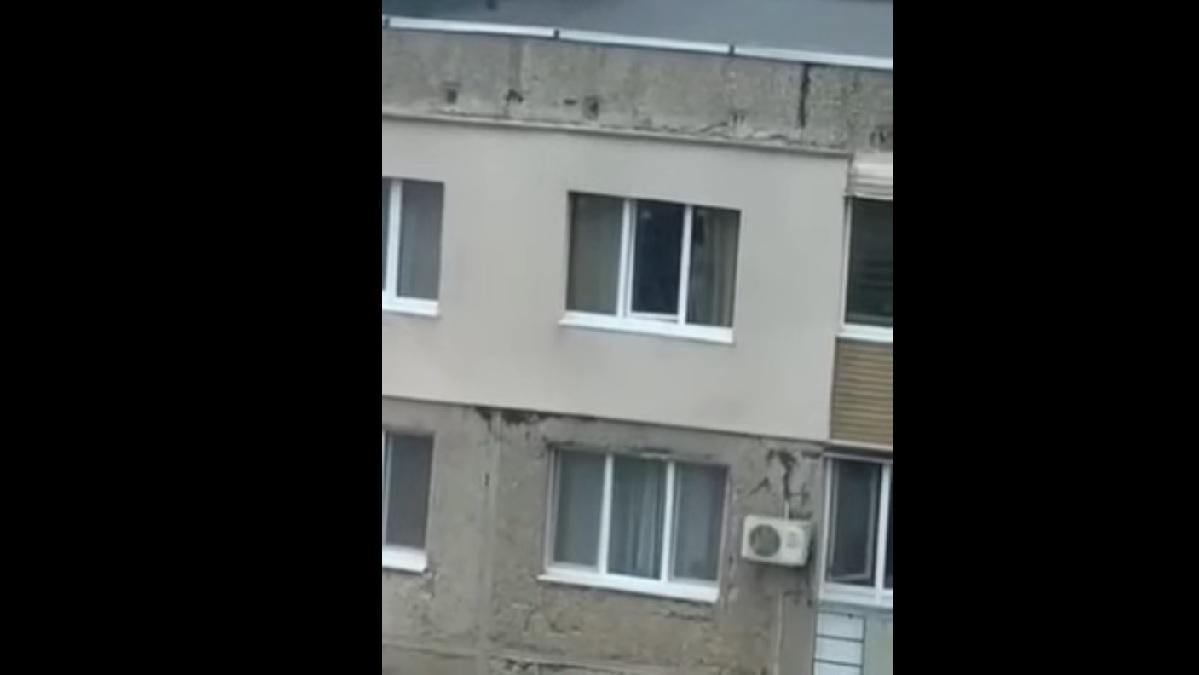 В Мариуполе 4-летний ребёнок гулял по отливу окна 9 этажа (видео)