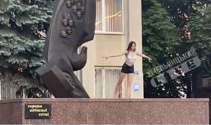 В Хмельницком девушка станцевала на памятнике Героям Небесной сотни (видео)