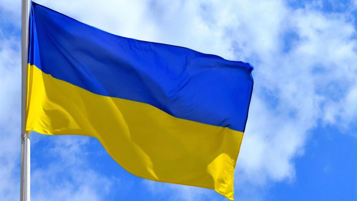 В Мариуполе парень сжёг флаг Украины, а затем извинился (фото, видео)