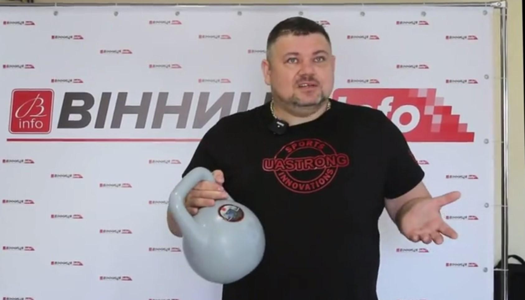 Подбадривает и кричит «Слава Украине!»: в Украине создали первую в мире гирю с искусственным интеллектом
