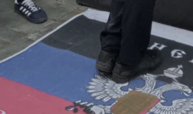 В кофейне Львова вместо коврика постелили флаг «ДНР» (фото)