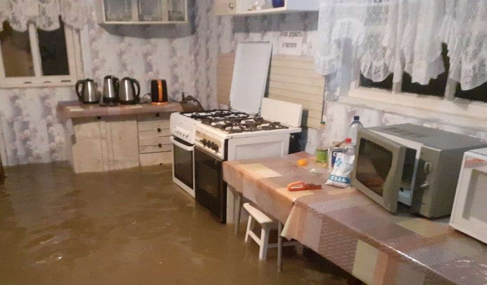 Ливни затопили курортный посёлок на побережье Азовского моря: дома ушли под воду (видео, фото)