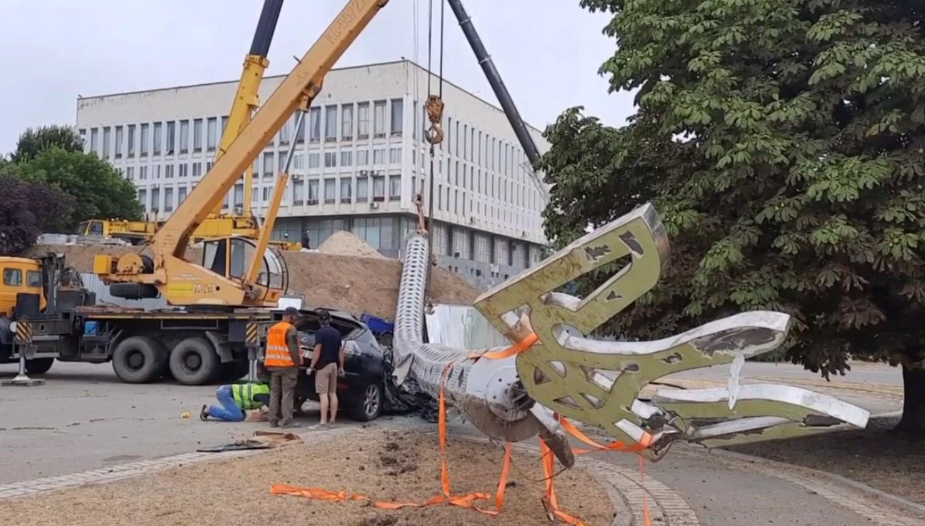 В Херсоне упал на авто флагшток, установленный ко Дню независимости (фото, видео)