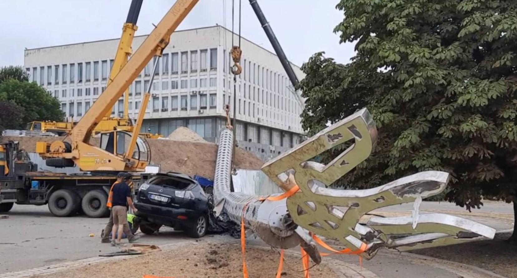 В Херсоне флагшток раздавил Lexus чиновника, который отвечал за его строительство — СМИ
