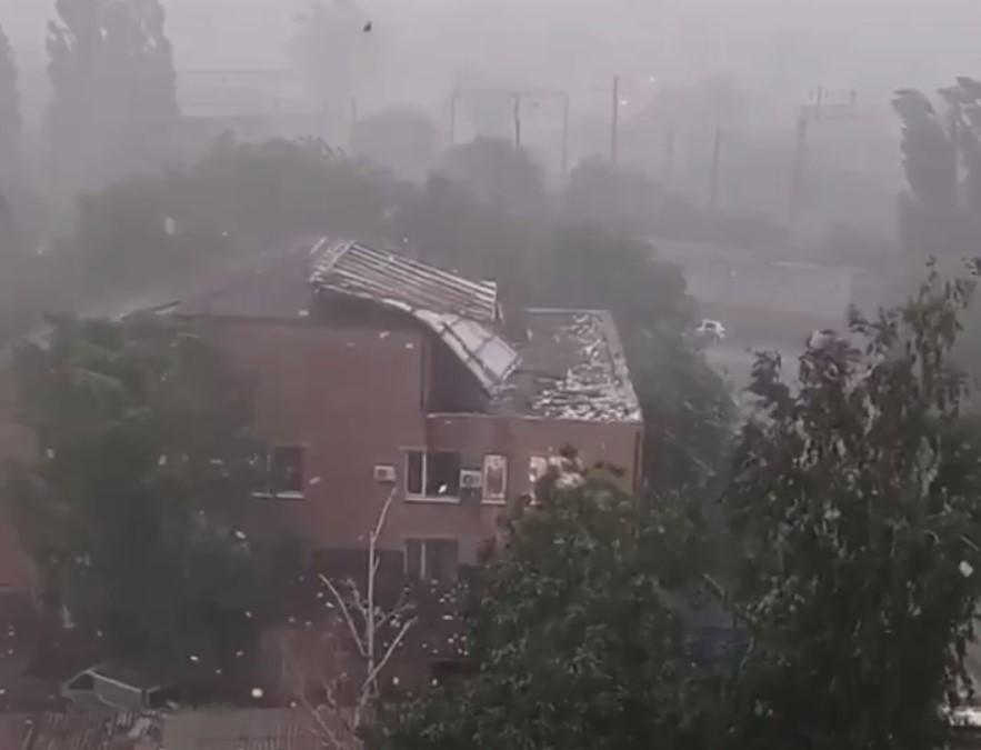 На Николавщине ураган сорвал крышу со здания суда: документы летали по улице (фото, видео)