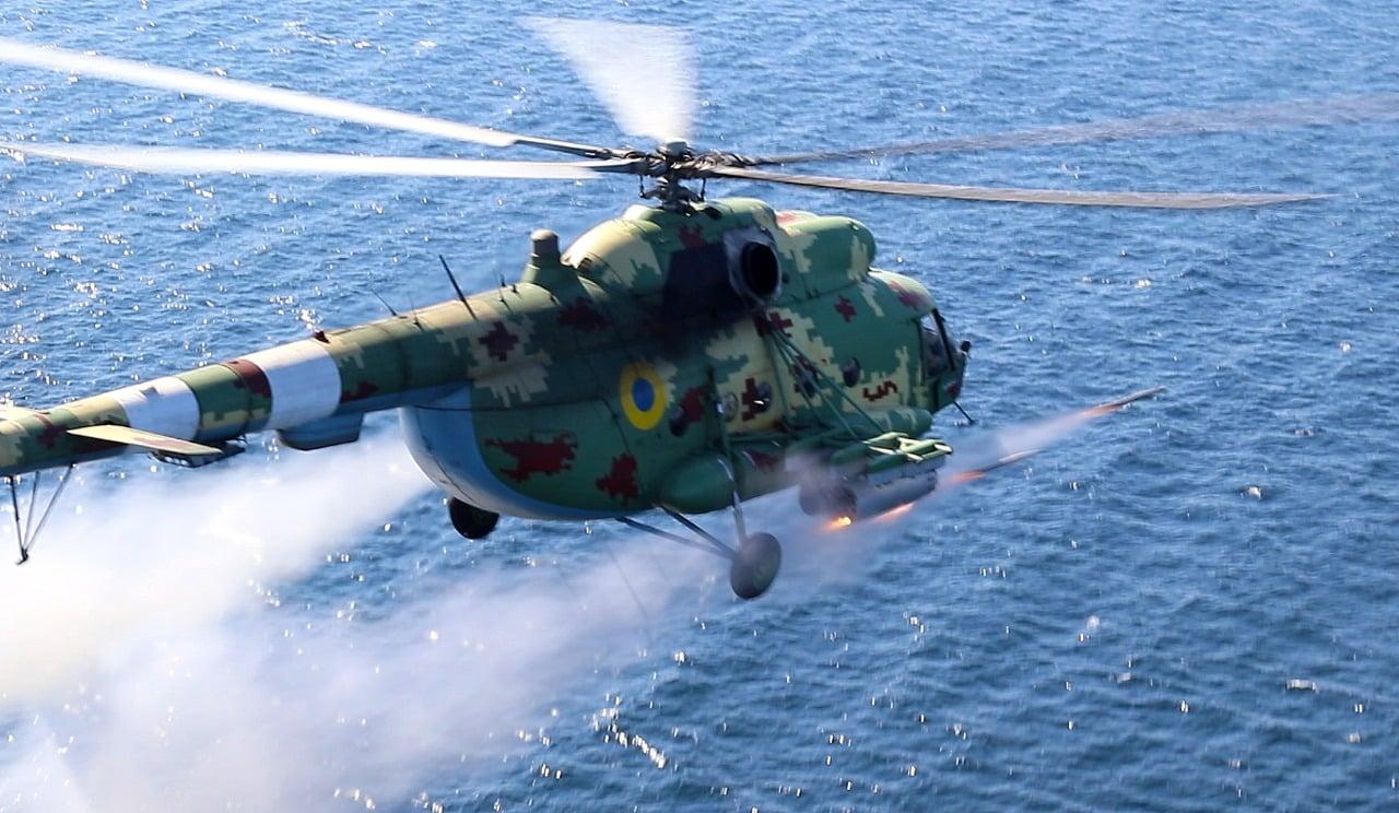 Боевые вертолеты ВМС Украины бомбами и ракетами поразили «вражеские цели» около побережья Крыма (фото)