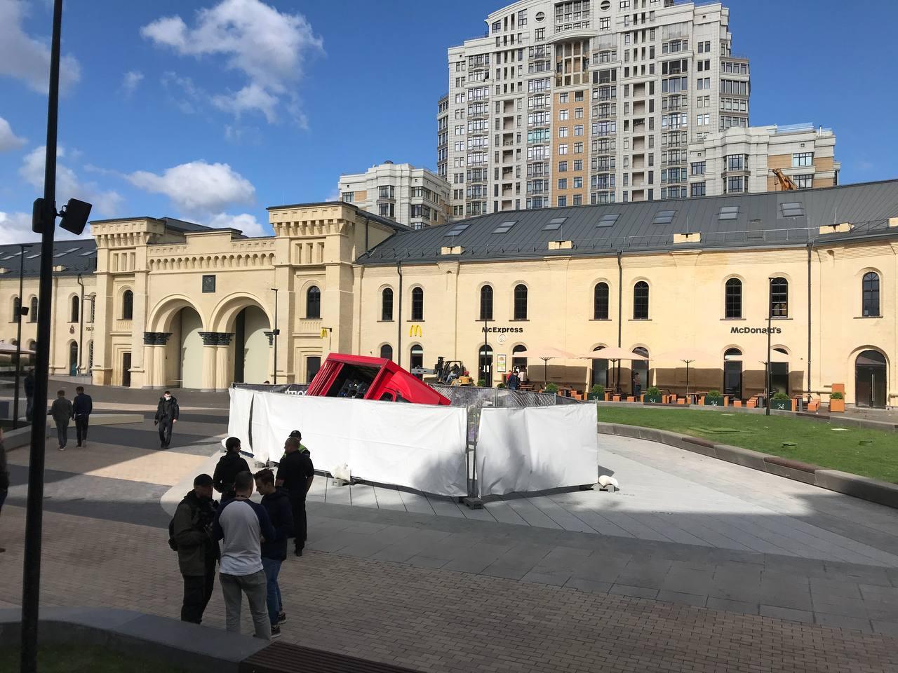 В Сети появилось видео с моментом провала грузовика под фонтан в центре Киева