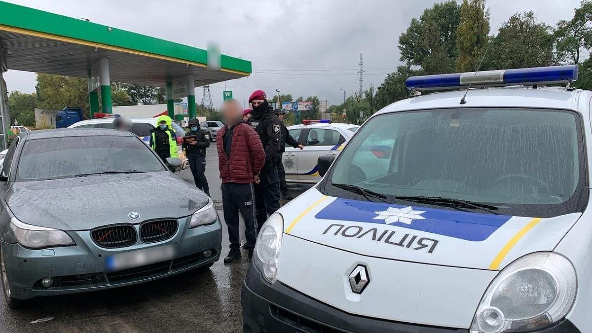 В Полтаве мужчина открыл стрельбу возле остановки и похитил женщину