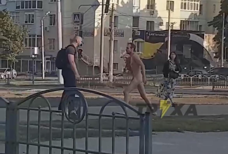 В Харькове голый мужчина пытался атаковать прохожих (видео 18+)