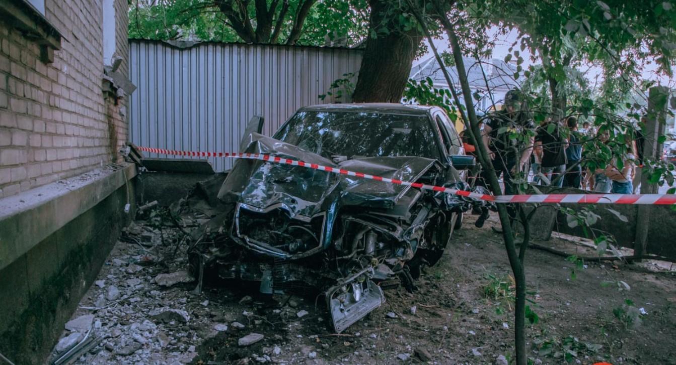 В Днепре Mercedes сбил пешеходов, снес светофор и врезался в дом: 6 пострадавших (фото, видео)
