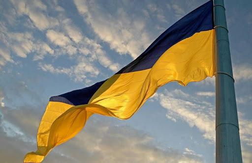 В кустах у школы: прокуратура открыла дело против подростка, который сжег флаг Украины