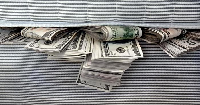 Глава НБУ рассказал, сколько денег украинцы держат «под матрасами»