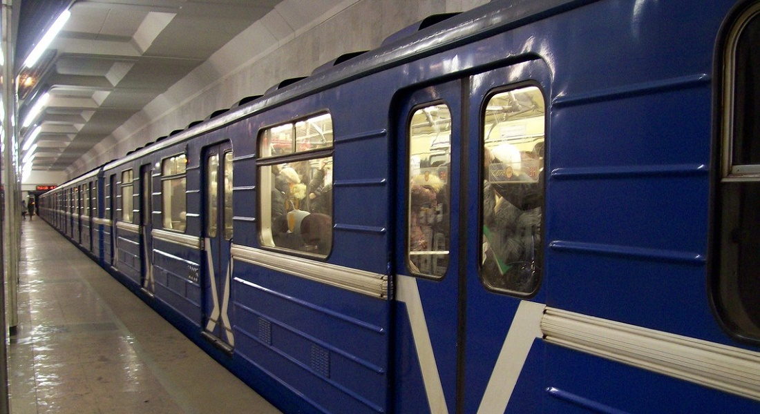 В вагоне метро Киева пассажирам делали причёски и продавали картошку (фото)