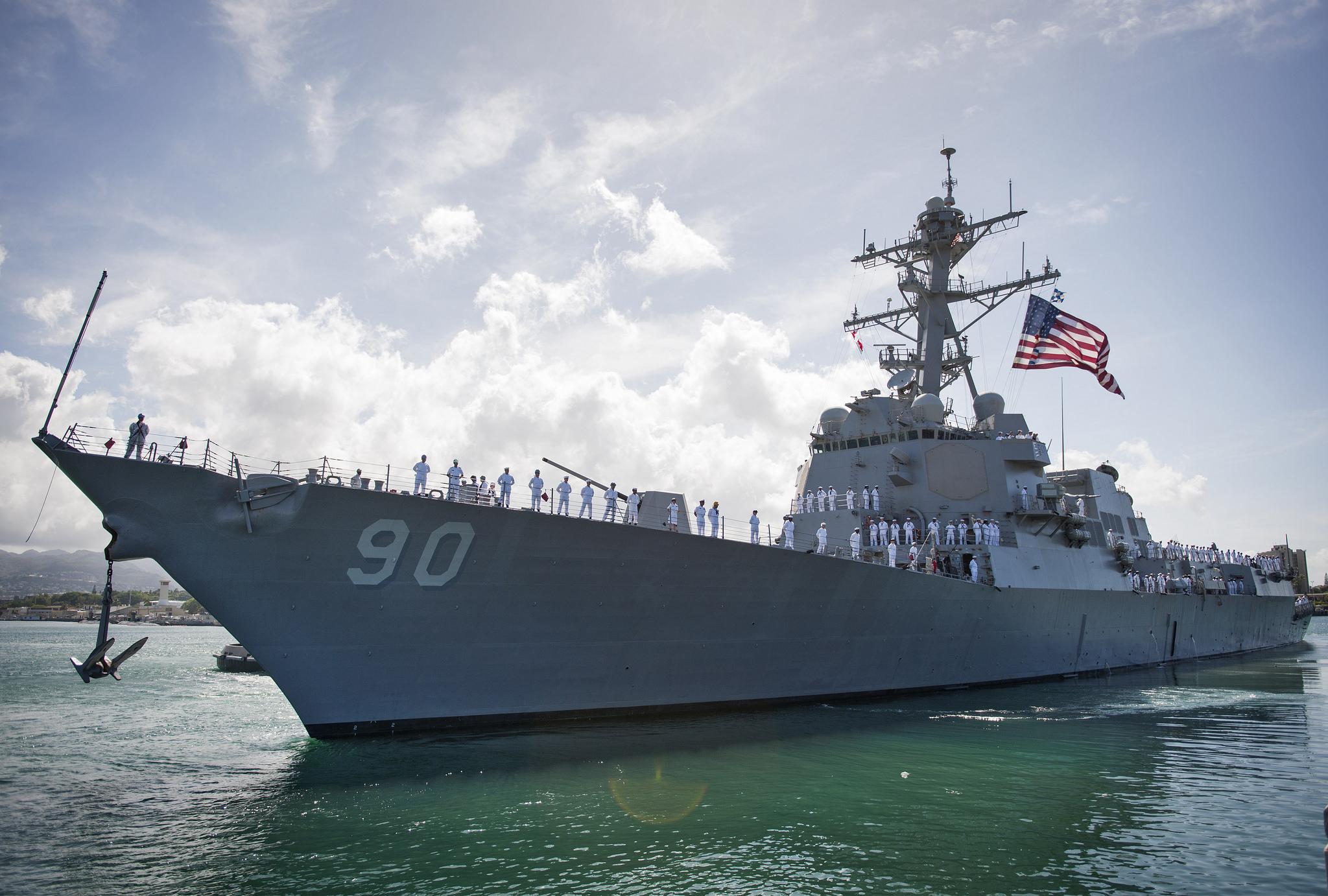 «Позор»: пользователи Сети прокомментировали инцидент с эсминцем ВМС США