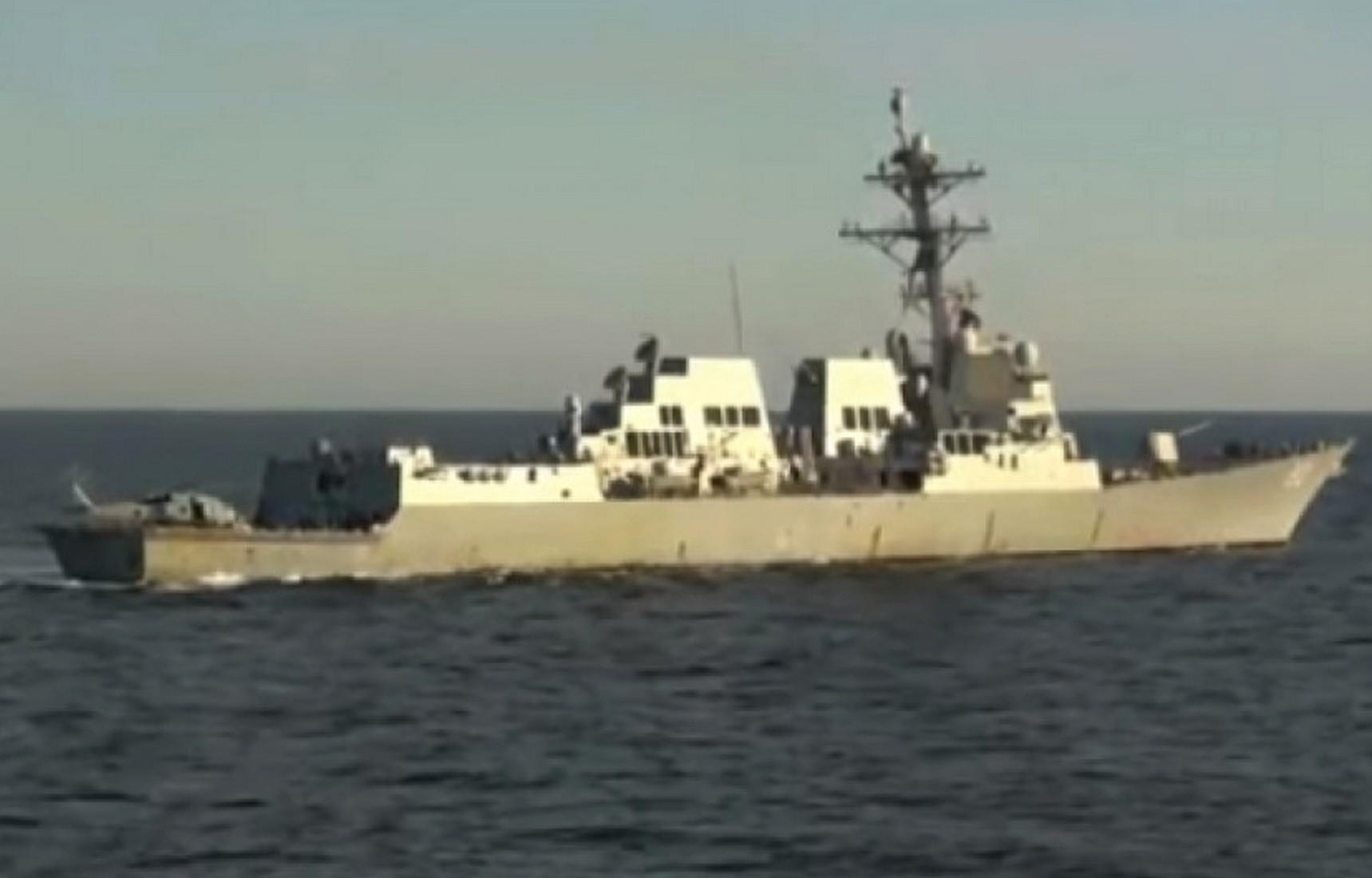 Опубликовано видео с эсминцем США, который вытеснили в нейтральные воды в районе Владивостока