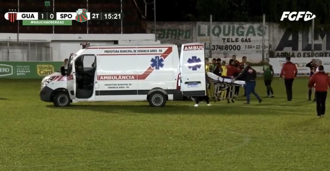 В Бразилии футболист избил судью во время матча (видео)