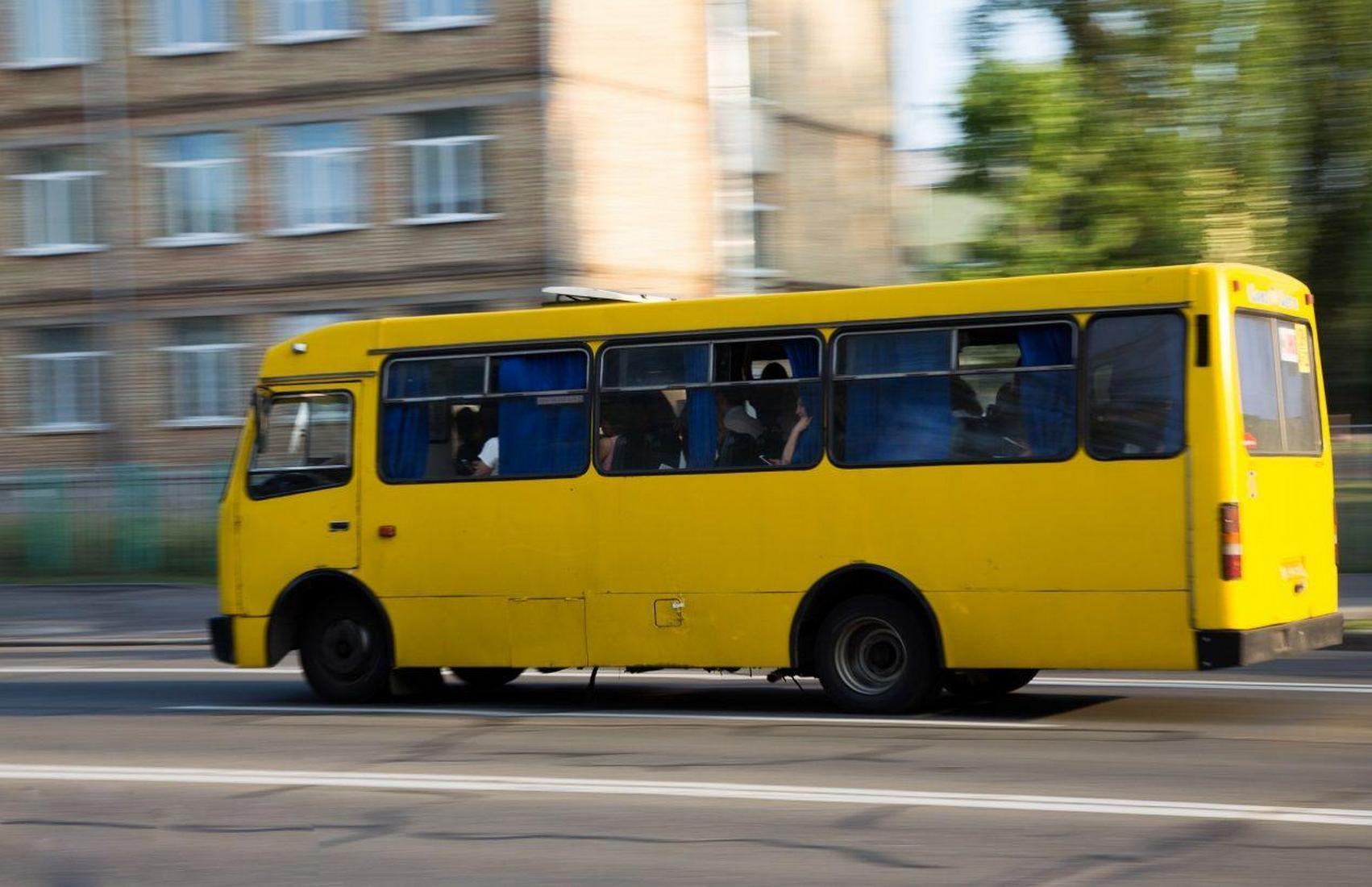 В Киеве обстреляли маршрутку: водитель ранен