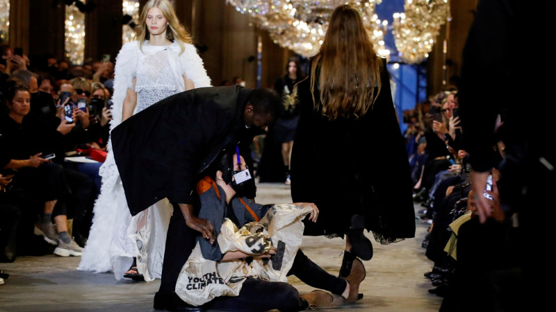 Экоактивисты пытались сорвать показ Louis Vuitton в Париже (фото, видео)