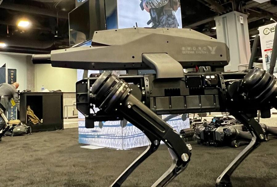 «Передвигается и стреляет без оператора»: в США создали робопса-снайпера