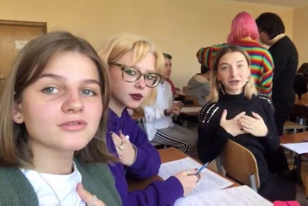Школьники запустили в TikTok флешмоб с песней о Бандере и затравили учительницу (видео)