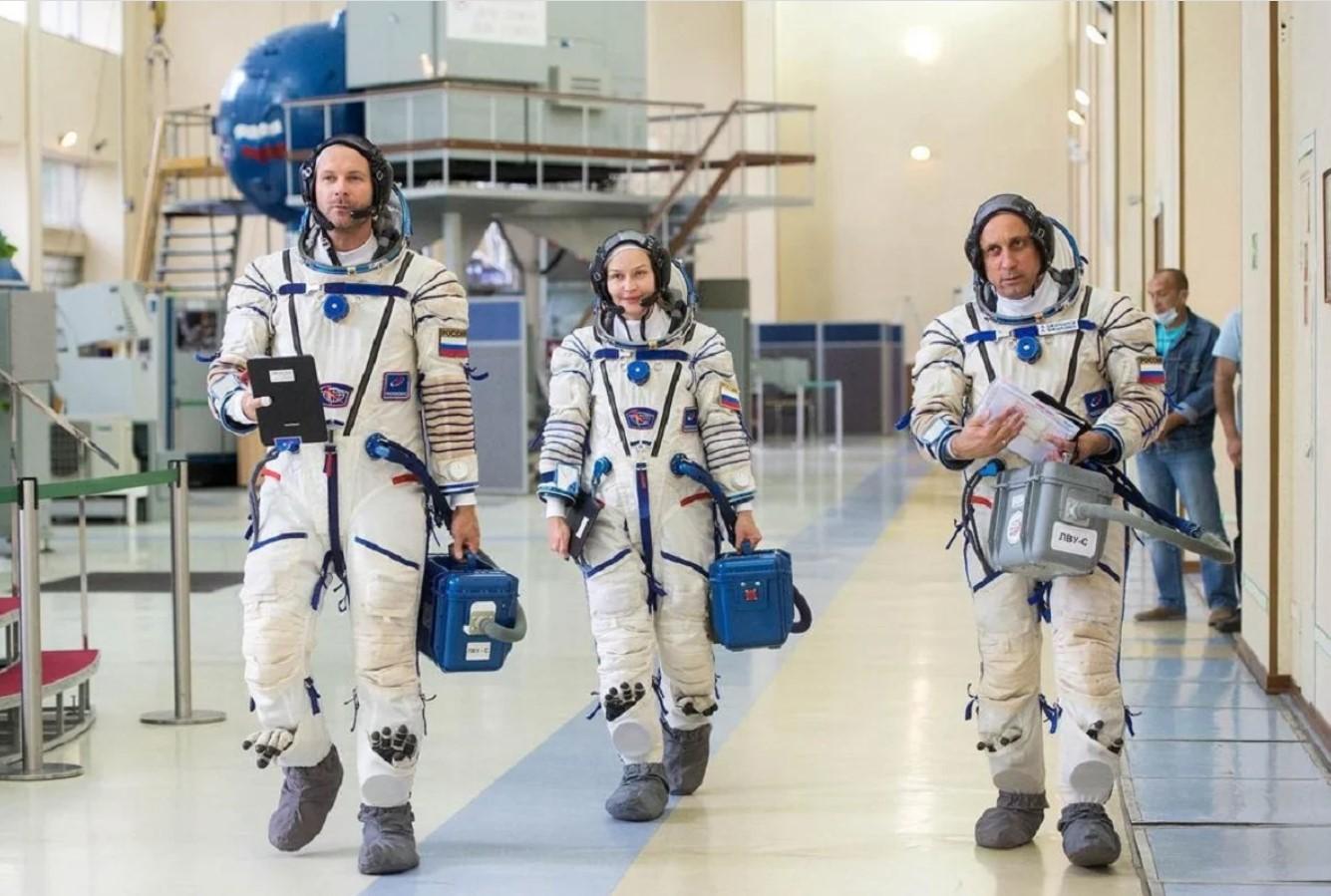 В Роскосмосе назвали сроки реабилитации «киноэкипажа» после возвращения с МКС