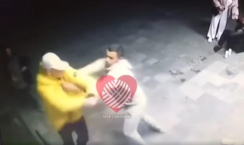 Появилось новое видео драки, в которой погиб полицейский из Чернигова