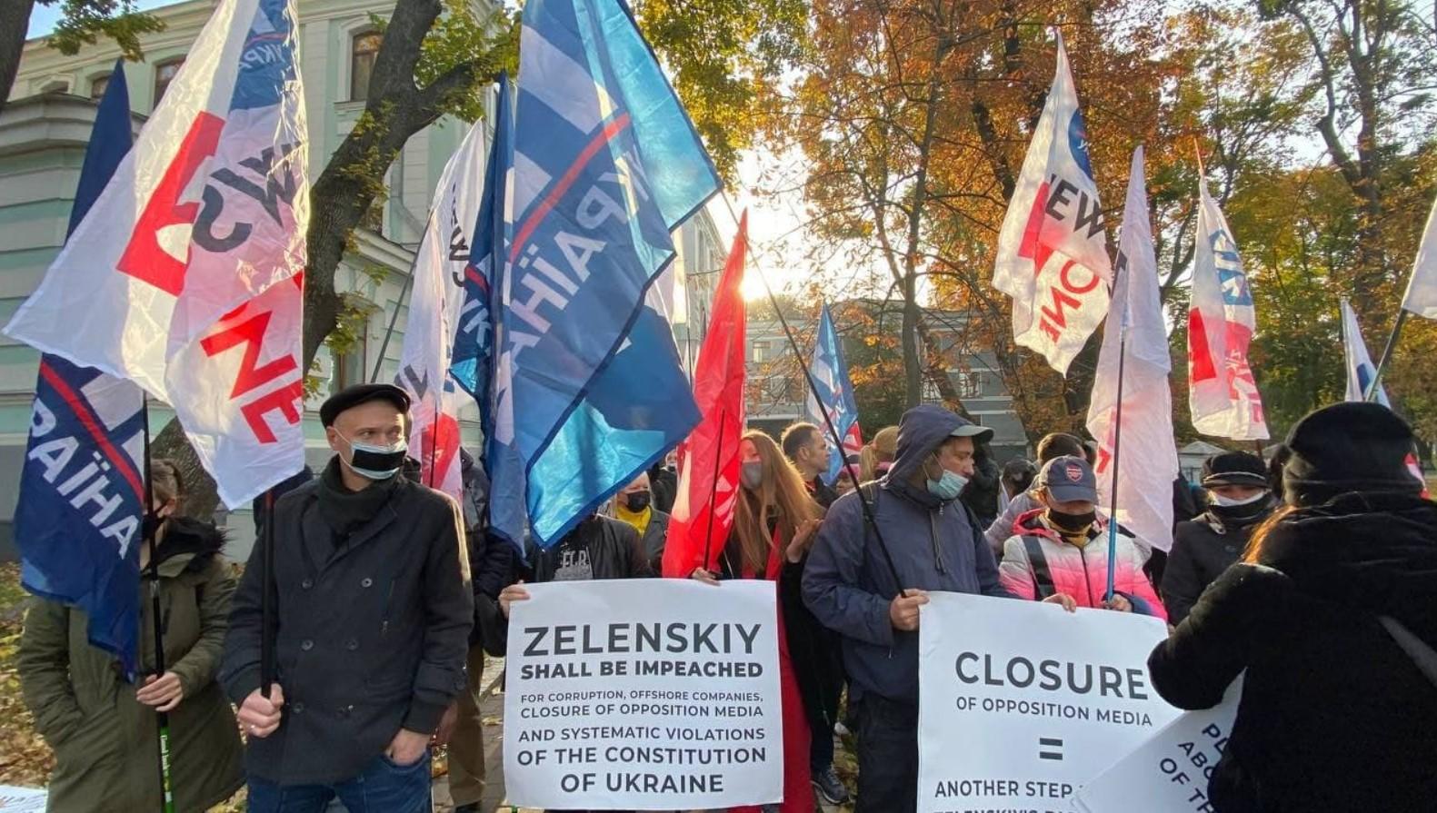 Под Мариинским дворцом сотрудники закрытых СМИ протестуют в день саммита Украина – ЕС (фото)