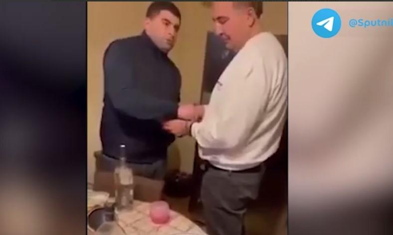 Хинкали и водка: в Сети появилось видео задержания Саакашвили за ужином в квартире