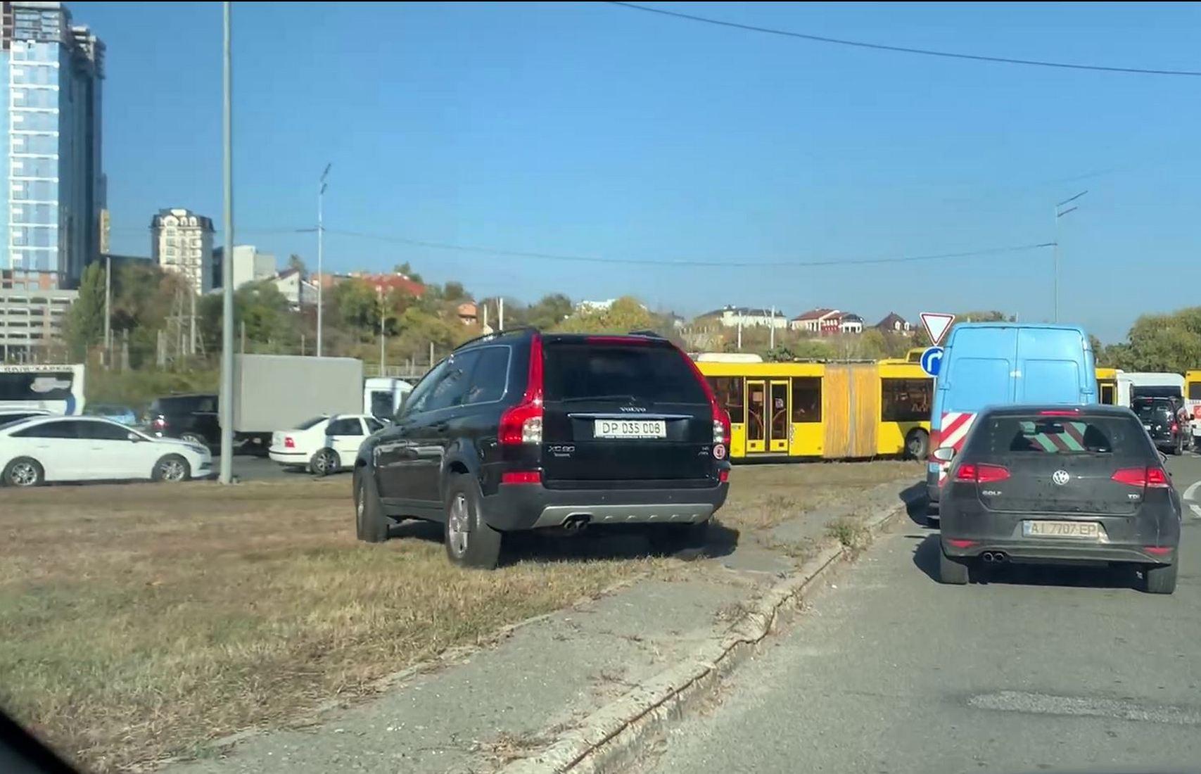 «Ой, мама, шика дам»: машина с номерами посольства Турции нашла способ объехать столичные пробки (видео)